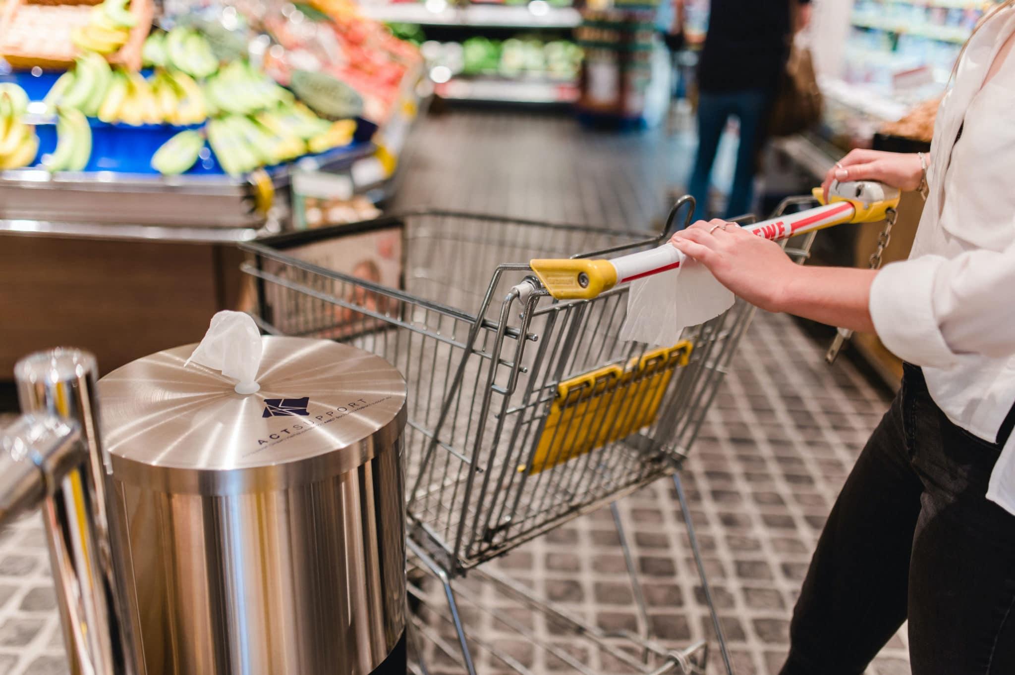 """Desinfektionssäule """"CleaningStation"""" – smarte und ästhetische Desinfektionslösung für Supermärkte, Apotheken und Einzelhandel REWE 01"""