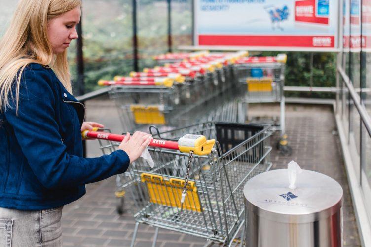 """Desinfektionssäule """"CleaningStation"""" – smarte und ästhetische Desinfektionslösung für Supermärkte, Apotheken und Einzelhandel REWE 02"""